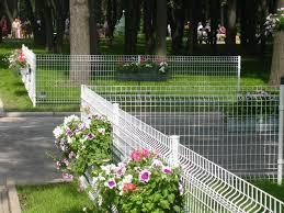 забор из сетки для клумбы